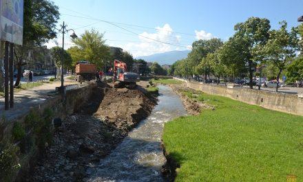 Чистење на коритото на Кочанска Река