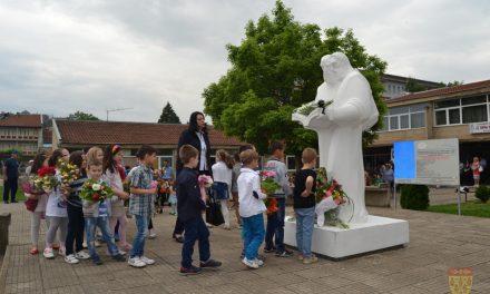Свежо цвеќе на споменикот на сесловенските просветители