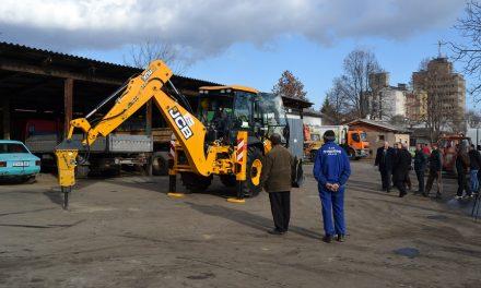 """КЈП """"Водовод"""" го пушти во употреба новото комбинирано возило за ископ на земја"""