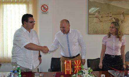 Потпишани договорите со изведувачот и надзорот за проектот за асфалтирање на десет улици со заем од Светска банка