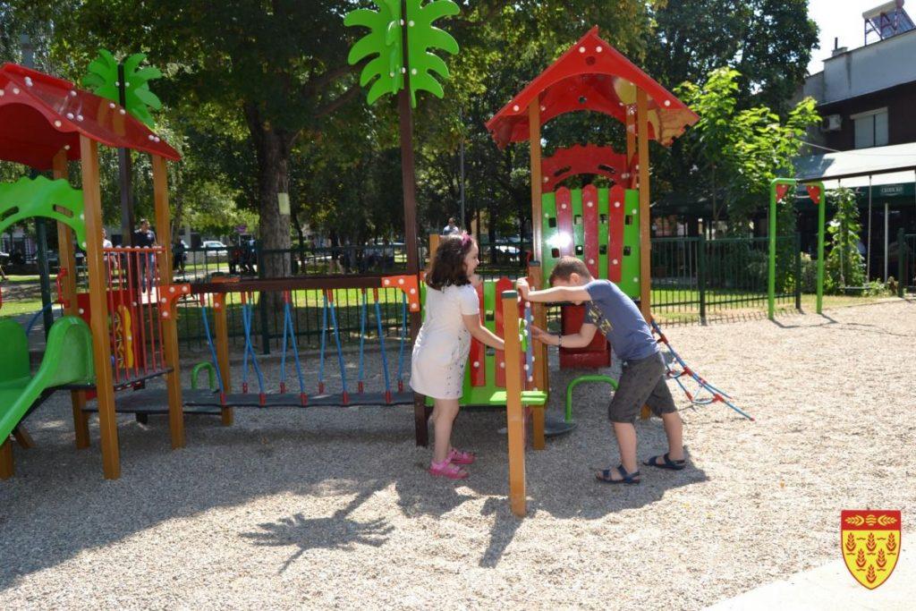 """Со поддршка од """"Антура МК"""" – подновено детското игралиште во Градскиот парк"""