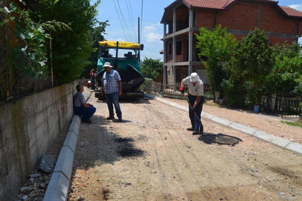 """Започна асфалтирањето на улиците """"Карпошово востание"""" во Кочани и """"АСНОМ"""" во Оризари"""