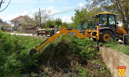 """Механизација на """"Водовод"""" го расчистува коритото на Трканска Река"""