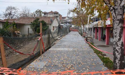 Се поплочува шеталиштето во Трговскиот центар