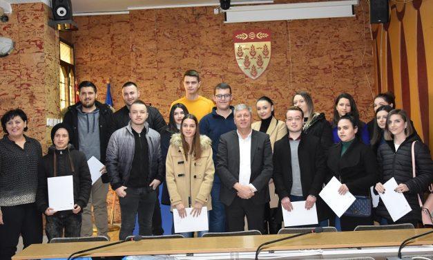 Дваесет и шест студенти потпишаа договори за стипендирање од Општина Кочани