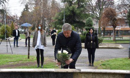 Положено цвеќе на бистите на Љупчо Сантов и Раде Кратовче