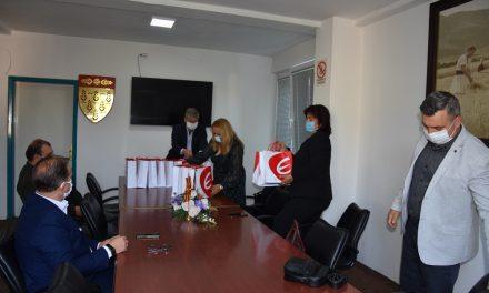 Училиштата ја примија донацијата од таблети за социјално ранливи ученици од Кочани