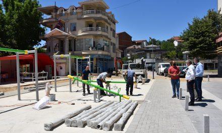 Се поставуваат реквизити на новото детско игралиште во Трговскиот центар