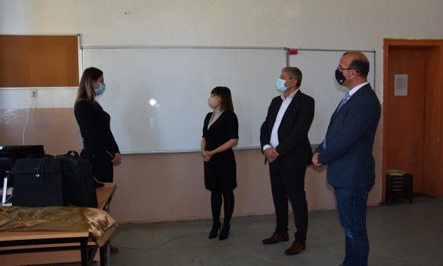 Министерката Царовска во работна посета на Кочани: Успешно функционира онлајн наставата