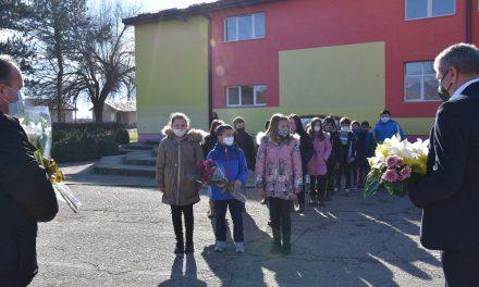 По повод 149-годишнината од раѓањето – свежо цвеќе на бистата на Делчев во  Горни Подлог