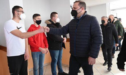 Министерот Спасовски и градоначалникот Илијев во посета на децата и семејствата  на бранителите во одморалиштето на МВР во Пониква