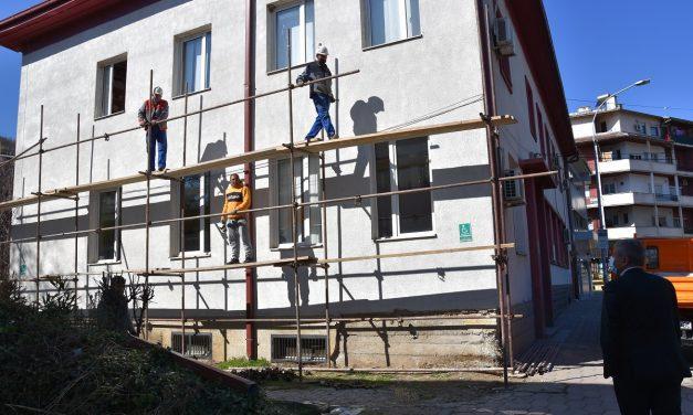 """Реновирање на фасадата на Библиотеката """"Искра"""""""