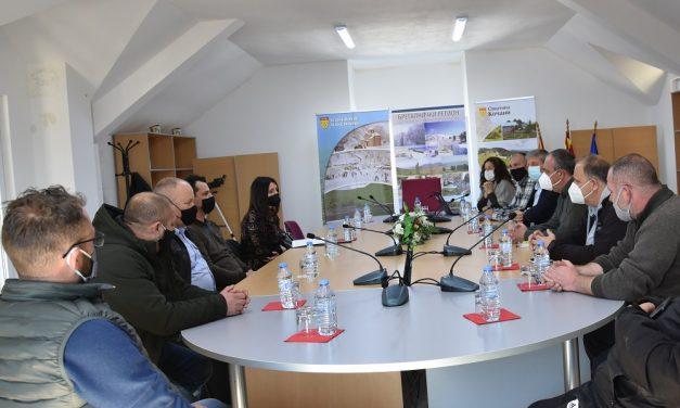 Градоначалникот на Кочани Илијев и директорката на Национални шуми Басова на средба со сопствениците на угостителски објекти на Пониква