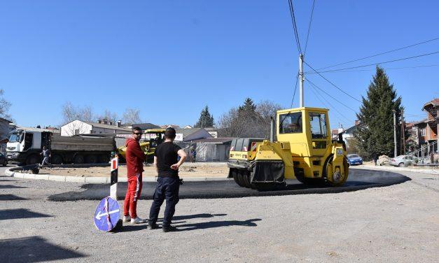 """Се асфалтира кружниот тек кај бензинската пумпа на """"Лукоил"""""""