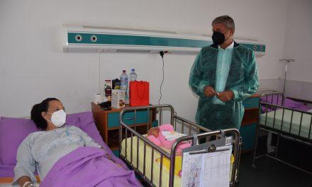 """Градоначалникот Илијев ги посети 52-годишната родилка и новороденчето во болницата """"Мајка Тереза"""" во Скопје"""